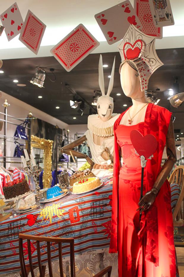 revista-magazine-visualmerchandising-escaparatismo-retail-design-vivienne-westwood-alice-in-wonderland-vishopmag-002