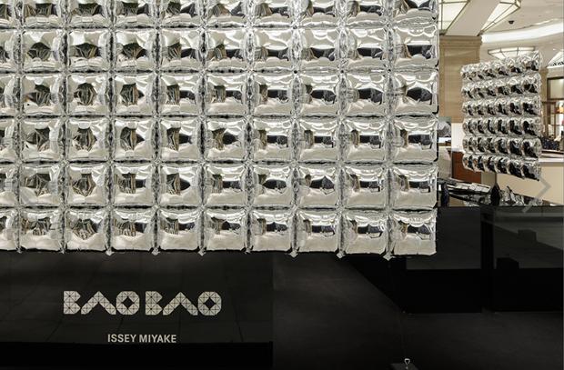 revista-magazine-visualmerchandising-escaparatismo-retail-design-bao-bao-issey-miyake-moment-vishopmag-002