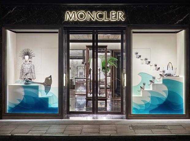 revista-magazine-window-display-escaparates-visual-merchandising-retail-design-moncler-flagshipstore-001