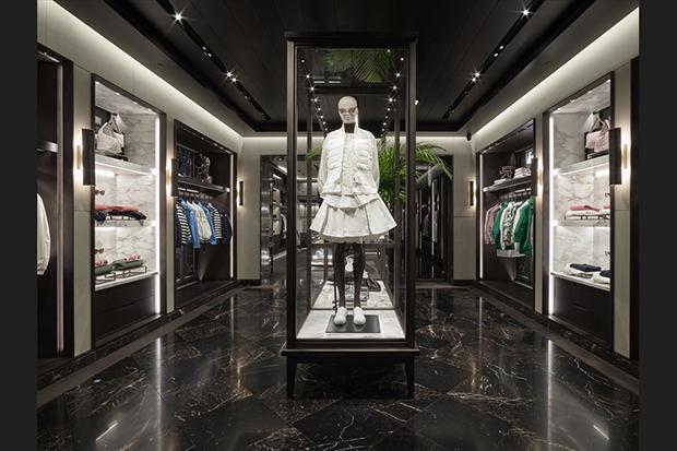 revista-magazine-window-display-escaparates-visual-merchandising-retail-design-moncler-flagshipstore-002