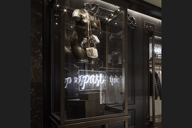 revista-magazine-window-display-escaparates-visual-merchandising-retail-design-moncler-flagshipstore-005