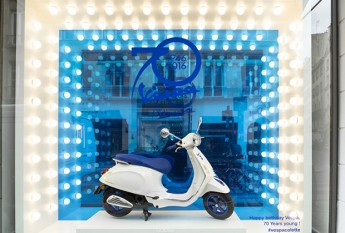 revista-magazine-window-display-escaparates-visual-merchandising-retail-design-vespa-colette001