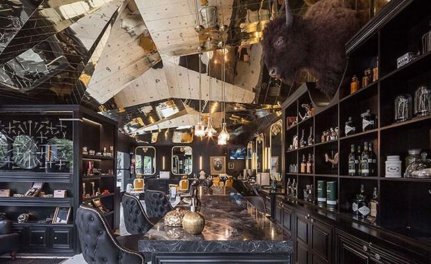 evista-magazine-window-display-escaparates-visual-merchandising-retail-design-row-studio-barberia-royal003