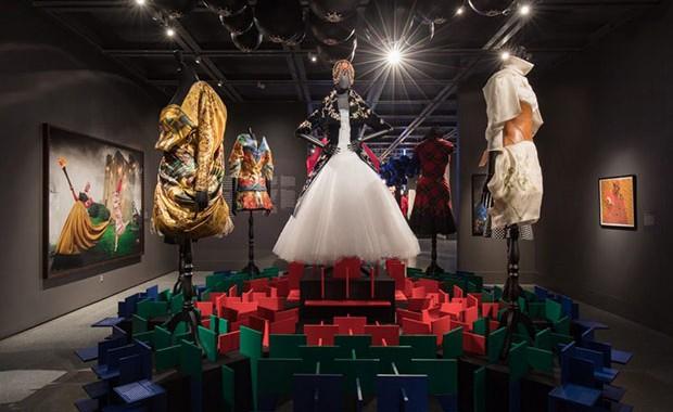 vishopmag-revista-blog-escaparatismo-escaparates-visual-merchandising-tiendas-retail-design-a-queen-within-adorned-archetypes-004