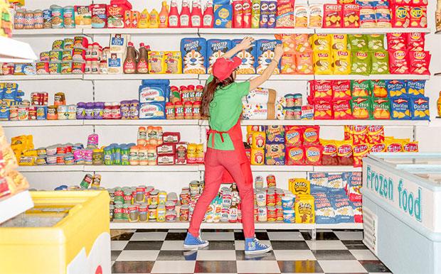 vishopmag-revista-escaparates-escaparatismo-visualmerchandising-retaildesign-escaparate-lucy-sparrow-thestandar-002