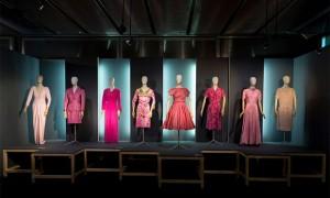 vishopmag-revista-escaparates-escaparatismo-visualmerchandising-rosa-color-la-vie-en-rose-museo-del-traje-001