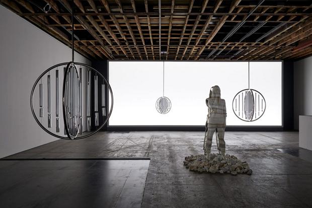 vishopmag-revista-magazine-escaparates-visualmerchandising-escaparatismo-realidad-doug-aitken-escultura-004