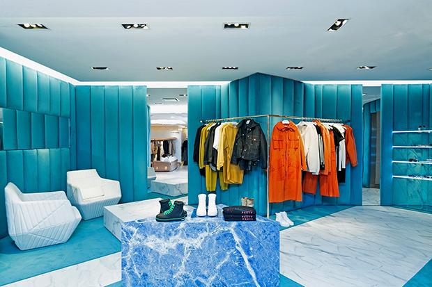 vishopmag-escaparatismo-windowdisplay-magazine-visualmerchandising-retaildesign-fenty-pop-up-store-bergdorf-goodman2