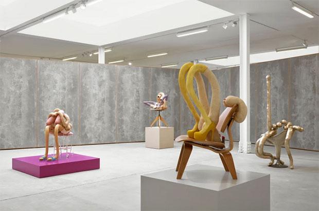 vishopmag-escaparatismo-escaparates-retaildesign-art-sarah-lucas-honey-pie-sadie-coles-hq-exhibition-1