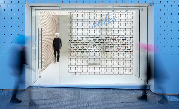 vishopmag-escaparatismo-escaparates-retaildesign-farmacia-pharmacy-centro-ottici-mold-architects-4
