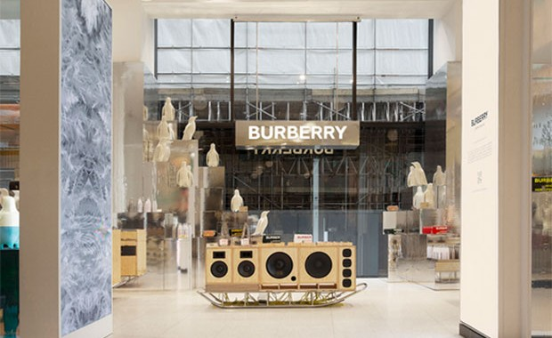 vishopmag-escaparatismo-escaparates-visual-display-burberry-selfridges-corner-shop-london-pop-up-store-1