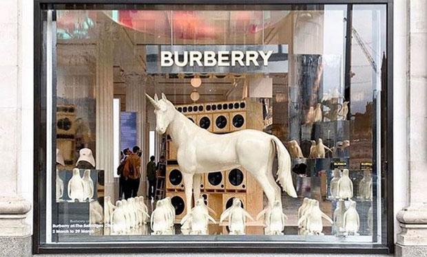 vishopmag-escaparatismo-escaparates-visual-display-burberry-selfridges-corner-shop-london-pop-up-store-3